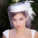Варианты свадебных причесок со шляпкой