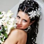pricheski-svadebnye-s-pleteniem-na-dlinnye-volosy