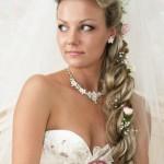 pricheski-svadebnye-s-pleteniem-na-dlinnye-volosy_10