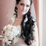 pricheski-svadebnye-s-pleteniem-na-dlinnye-volosy_19