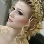 pricheski-svadebnye-s-pleteniem-na-dlinnye-volosy_21