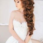 pricheski-svadebnye-s-pleteniem-na-dlinnye-volosy_22