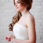 pricheski-svadebnye-s-pleteniem-na-dlinnye-volosy_4
