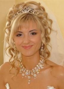 svadebnaya-pricheska-na-srednie-volosy-s-chelkoj_10