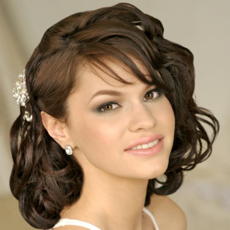 Фото выпускных причесок с челкой на средние волосы
