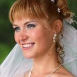 svadebnaya-pricheska-na-srednie-volosy-s-chelkoj_15