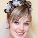 svadebnaya-pricheska-na-srednie-volosy-s-chelkoj_5
