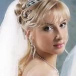 svadebnaya-pricheska-na-srednie-volosy-s-chelkoj_8