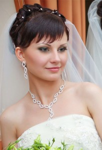 Свадебные прически с фатой на короткие волосы с челкой