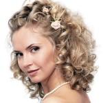 pricheski-svadebnye-na-kudryavye-volosy_14