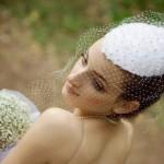 pricheski-svadebnye-so-shlyapkoj_16