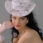 pricheski-svadebnye-so-shlyapkoj_17