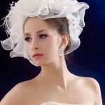 pricheski-svadebnye-so-shlyapkoj_8
