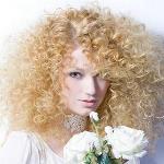 Варианты свадебных причесок на кудрявые волосы средней длины