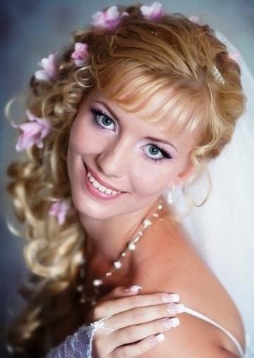 Фото свадебной прически с живыми цветами на длинные волосы
