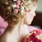 pricheski-svadebnye-s-zhivymi-cvetami-foto_11