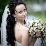 pricheski-svadebnye-s-zhivymi-cvetami-foto_16