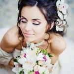 pricheski-svadebnye-s-zhivymi-cvetami-foto_17
