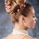 pricheski-svadebnye-s-zhivymi-cvetami-foto_18
