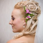 pricheski-svadebnye-s-zhivymi-cvetami-foto_2