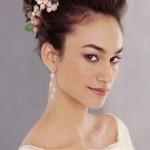 pricheski-svadebnye-s-zhivymi-cvetami-foto_20