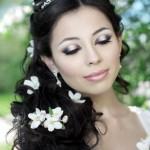 pricheski-svadebnye-s-zhivymi-cvetami-foto_22