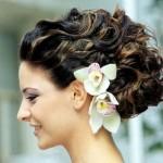 pricheski-svadebnye-s-zhivymi-cvetami-foto_23