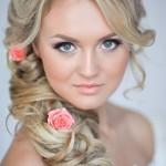 pricheski-svadebnye-s-zhivymi-cvetami-foto_3
