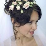 pricheski-svadebnye-s-zhivymi-cvetami-foto_4