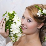 pricheski-svadebnye-s-zhivymi-cvetami-foto_7