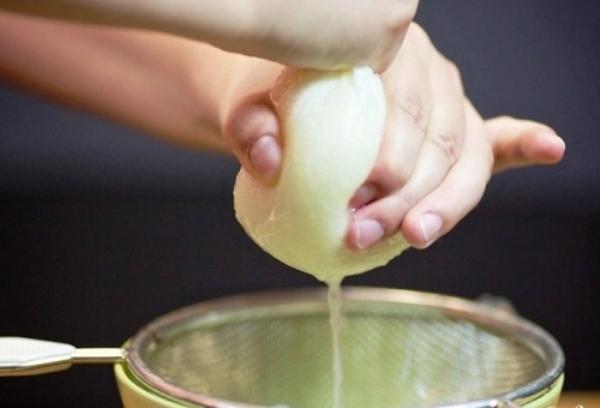 Последовательность приготовления маски для волос с луком и медом